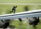 Theo đoàn làm phim, chính Tom Cruise đã tự đóng cảnh chạy trên cánh chiếc Airbus A400 này. Đây cũng là chiếc máy bay có cảnh anh đu vào cửa khi nó đang cất cánh trong trailer